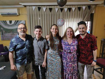Eli, mujer transexual con toda su familia celebrando su cumpleaños en su casa en Madrid.