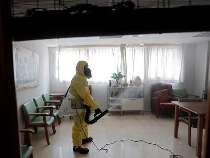 Un miembro de la UME realiza labores de desinfección en una residencia de Valencia, en abril de 2020.