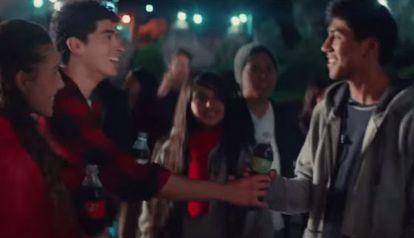 Captura de pantalla del comercial de Coca Cola.