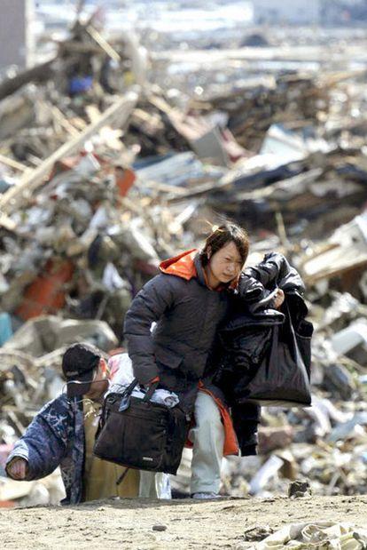 Unos supervivientes buscan refugio en Rikuzentakata, en el noreste.
