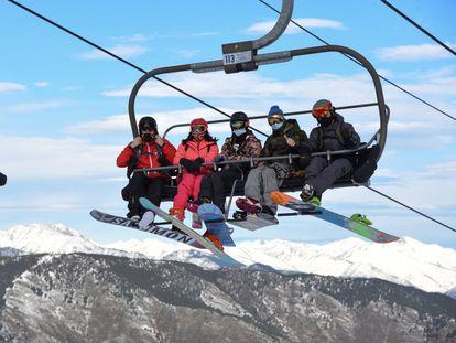 Esquiadores en una estación catalana