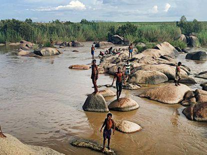 Escena habitual en la orilla del río Cubal, en la localidad homónima, en Angola. Muchos de los habitantes de la localidad carecen de agua corriente en las casas. El río es su hogar.