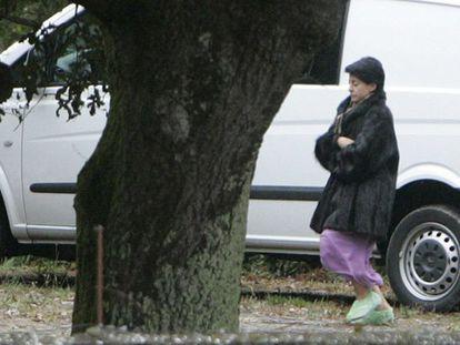 La madre detenida, durante el registro de la finca.