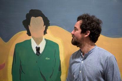 El artista Miki Leal observa su autorretrato en el CAC Málaga.
