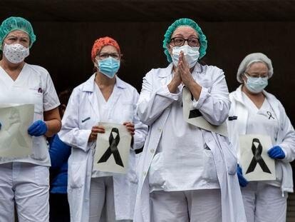 Concentración ante el Hospital Doctor Peset de Valencia este lunes por una compañera fallecida por Covid-19.