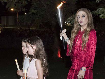 Lisa Marie Presley, Harper Lockwood yFinley Lockwood en 2017, en la vigilia anual que se celebra por Elvis Presley en Graceland.