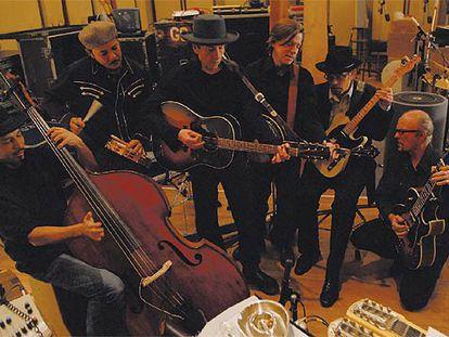 Bob Dylan, en el centro, junto a sus músicos, Tony Garnier, George G. Receli, Stu Kimball, Denny Freeman y Donnie Herron, fotografiados por William Claxton.