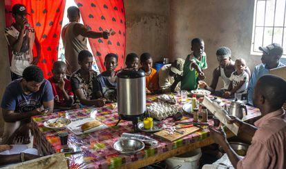 Tangana de Mamadou Cissoko en el barrio de Veuvert, donde a primera hora de la mañana ya hay muchos clientes pidiendo el desayuno.