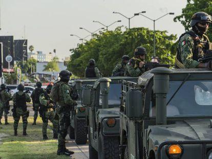 Militares mexicanos patrullan Culiacán, tras el fallido operativo para capturar a Ovidio Guzmán, hijo de Joaquín 'El Chapo' Guzmán en octubre de 2019.
