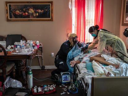 Dos enfermeros atienden a una persona de 92 años, víctima del coronavirus, en Nueva York en abril de 2020.
