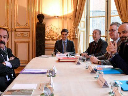 El líder sindical Philippe Martinez (izquierda) y el primer ministro francés, Édouard Philippe (primero por la derecha), en una reunión en París el pasado 26 de noviembre.