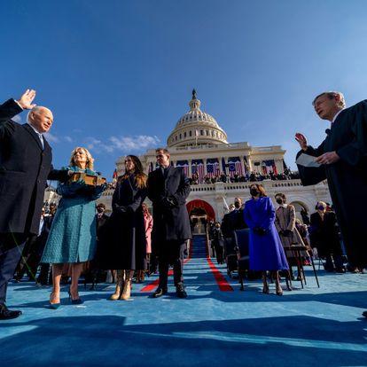 Joe Biden es juramentado como el 46º mandatario de los Estados Unidos por el presidente del Tribunal Supremo John Roberts, mientras Jill Biden sostiene la Biblia durante la inauguración presidencial en el Capitolio de los Estados Unidos, el pasado 20 de enero.