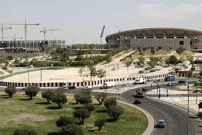Vista de parte del futuro parque de la Dehesa Olímpica junto al estadio de La Peineta y las obras de las piscinas olímpicas.