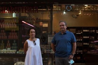 Kiko y Pilar Bartolomé, propietarios de la charcutería Casa Bartolomé, en Madrid, este viernes.