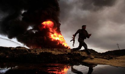 Pozos petrolíferos quemados por el ISIS en Irak.