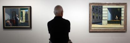 Exposición de Edward Hopper en el museo Thyssen Bornemisza de Madrid Tomás Llorens comisario de la exposición contempla las obras 'Hotel by the railroad', a la izquierda, y 'New York Office', a su derecha.