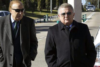 El ex presidente del Valencia, Pedro Cortés, a la derecha, en un expediente.