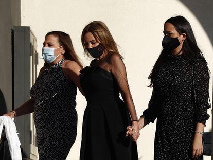 Ana Obregón, junto a una de sus hermanas y, a la derecha, la pareja de su hijo Álex, Carolina Monje, durante el funeral de su hijo este martes en Madrid.