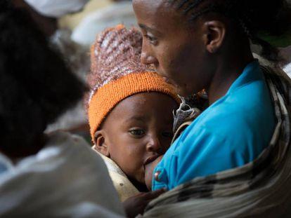 Una mujer amamantando a su hijo en Etiopía.
