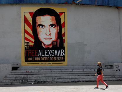 Un cartel en Caracas pide la libertad del empresario Alex Saab, quien ha sido extraditado a EE UU tras 16 meses en Cabo Verde.