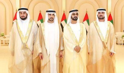 El emir de Dubái, el jeque Mohamed Bin Rashid al Maktum (segundo por la derecha), junto a sus tres hijos que se casaron al tiempo en una imagen tomada este jueves durante la recepción de la boda. El príncipe heredero, el jeque Hamdan (segundo por la izquierda); y sus dos hermanos, los jeques Maktum y Ahmed (a la derecha e izquierda de la imagen).