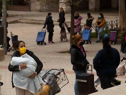 Colas del hambre en la Parroquia Santa Maria Micaela y San Enrique de Madrid.