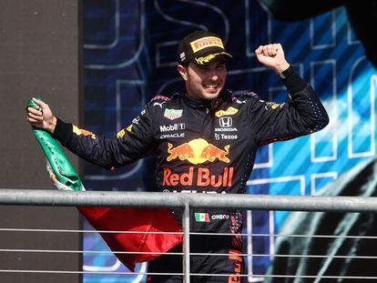 Checo Pérez celebra en el podio su tercer lugar en el Gran Premio de Estados Unidos, este domingo en Austin (Texas).