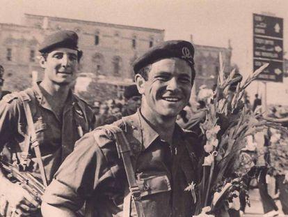 Yoni Netanyahu, con sus paracaidistas, en una imagen documental.