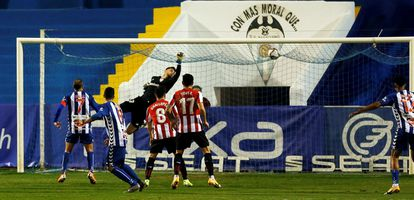 El portero del Athletic, Jokin Ezkieta, encaja el primer gol del Alcoyano, finalmente eliminado en los octavos de la Copa.