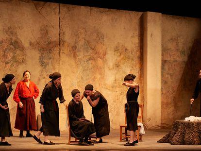 Escena de la versión de José Carlos Plaza de 'La Casa de Bernarda Alba' en el Teatro Apolo de Barcelona.