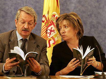 La ministra de Educación, María Jesús San Segundo, y el secretario general de Educación, Alejandro Tiana.