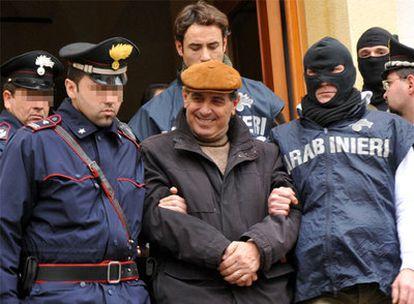 Agentes de la policía escoltan a uno de los detenidos, identificado como Giuseppe Scaduto.