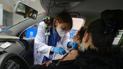 Una mujer de 88 años recibe la primera dosis de la vacuna de Pfizer, en Pamplona, este martes.