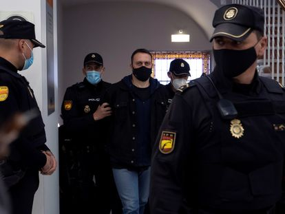 El criminal serbio Norbert Feher, 'Ígor el Ruso', es conducido escoltado y esposado a la sede de la Audiencia de Teruel este martes.