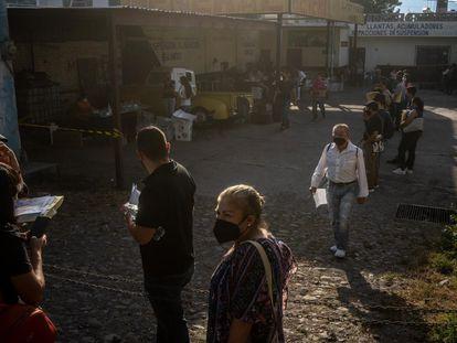 En la comunidad de Xalisco en el Estado de Nayarit, ciudadanos hicieron fila para ejercer su voto.