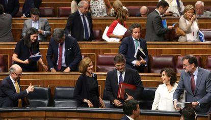 Miembros del Gobierno y diputados tras la aprobación del techo de gasto en el Congreso.