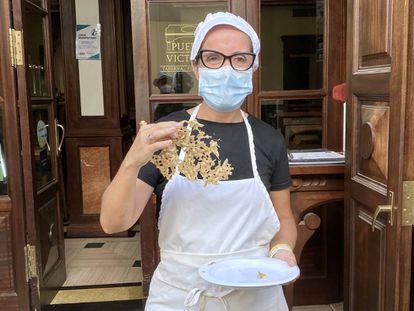 Estefanía Rangel en la puerta del restaurante Puerta de la Victoria, en Sanlúcar de Barrameda. J.C. CAPEL