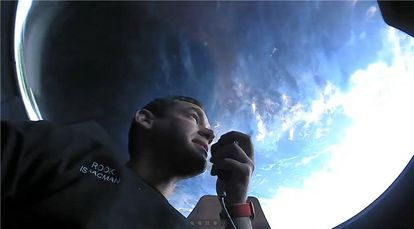 Jared Isaacman comunica con la Tierra durante su viaje espacial el pasado 17 de septiembre.