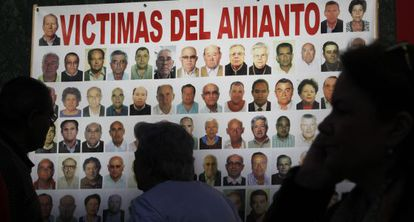 Pancarta con víctimas por amianto frente a la sala de lo Social de Sevilla.