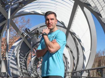 El entrenador Pablo del Barrio posa en un puente de Madrid Río.