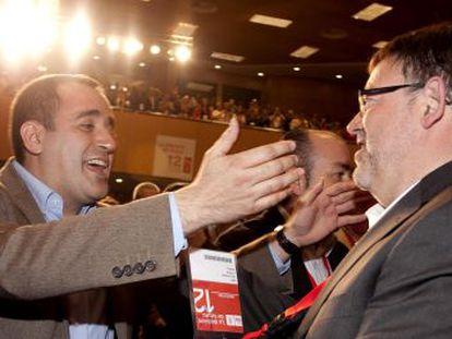 Jorge Alarte felicita a Ximo Puig tras la elección de este último como nuevo secretario general del PSPV-PSOE.