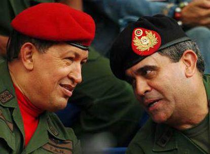 Hugo Chávez (izquierda) conversa con el general Raúl Baduel durante una ceremonia militar en 2006.