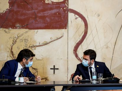 El presidente de la Generalitat, Pere Aragonès (derecha), y su vicepresidente, Jordi Puigneró, el pasado junio en una reunión del Gobierno catalán.