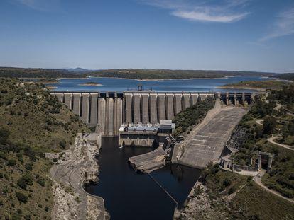 Vista aérea de la presa de José María Oriol, en Alcántara (Cáceres).