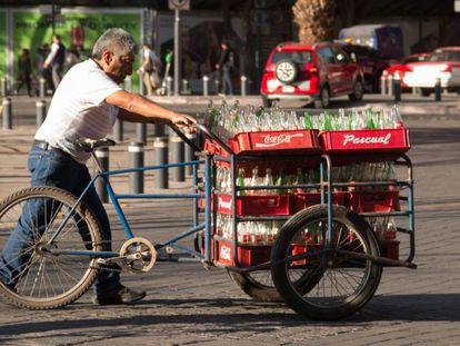 Un hombre transporta bebidas azucaradas en Ciudad de México.