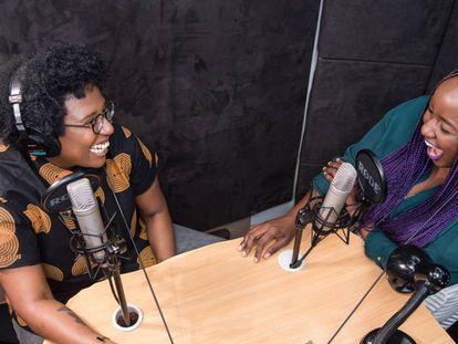 Selly Thiam y Aida Holly-Nambi durante una la grabación de uno de los episodios del podcast.