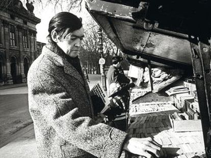 Julio Cortázar, buscando lecturas en París.