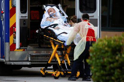 Un paciente de coronavirus trasladado del Zaandam al hospital en Fort Lauderdale.