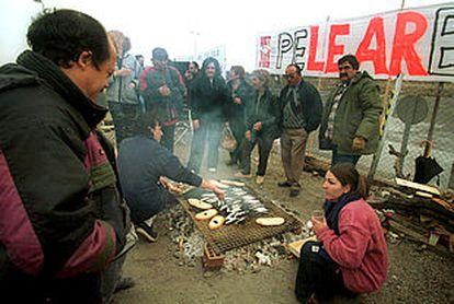 Los trabajadores de Lear realizaron ayer una sardinada delante de la planta de Cervera (Lleida).