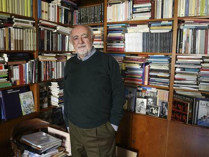 El helenista Carlos García Gual posa en la biblioteca de su casa en Madrid en 2019.